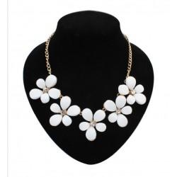 Collar con flores blancas