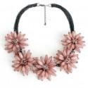 Collar con cinco maxi flores rosas