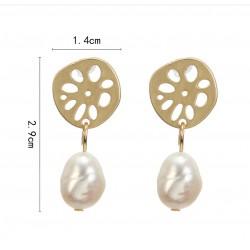 Pendientes con detalle circular dorado y elegante perla auténtica