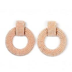 Pendientes con base dorada y aro cubiertos de pequeñas perlitas