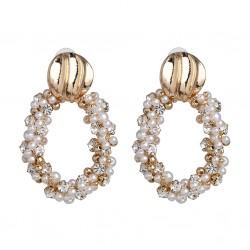 Maxi pendientes con base dorada y colgante móvíl en forma aro con perlas y cristales