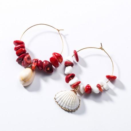 Pendientes en aro dorado con detalles de coral rojo natural y conchas