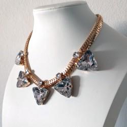 Collar con cristales triangulos