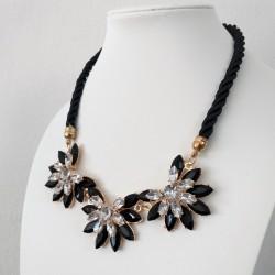 Collar de cuerda negra y flores geométricos