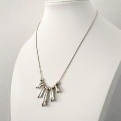 Collar con cadena plateado y colgantes geométricos