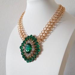 Collar con cristales verdes