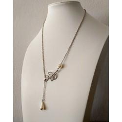 Collar de metal plateado con colgante de hoja y dos perlas