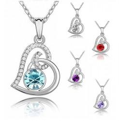 Collar plateado y colgante de corazón de cristal en diferentes colores