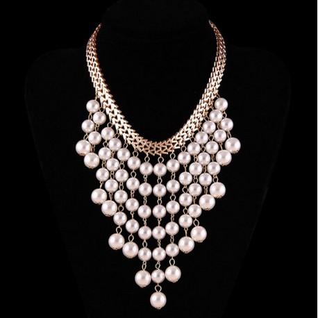 Collar con muchas perlas