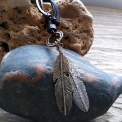 Collar en cuero marrón con colgantes de plumas