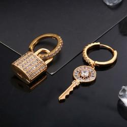 Pendientes asimétricos con un precioso candado y la llave